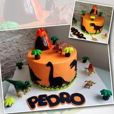 O mundo dos dinossauros de Pedro inspirou seu bolo de aniversário.   #dinosaurcake  #dinocake #bolodinossauro #dinossauros