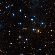 Cúmulo El Velero (NGC 225; Cr 7; OCl 305). Es un Cúmulo abierto en la constelación de Cassiopeia. Se localiza entre las estrellas γ Cassiopeiae y κ Cassiopeiae; en un campo muy rica en estrellas débiles. Es un cúmulo poco concentrada, entre el brazo de Orión y la región de Cefeo OB4; a lo largo de su línea de visión se extiende un sistema de nebulosidad, en la que destacan la nebulosa oscura  LDN 1297 y la nebulosa de reflexión VdB 4.
