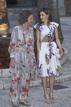 Doña Letizia estrenó un elegante vestido estampado de manga corta de Juan Vidal que combinó con unas de sus sandalias preferidas. Doña Sofía, por su parte, escogió un original conjunto de pantalón y casaca gris con detalles en rojol. En sus pies, unas cómodas alpargatas plateadas