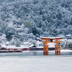 古くより神の島として崇められ、数々の伝説や景勝地が今に伝わる、広島県廿日市市の『厳島(宮島)』。国宝『厳島神社』を中心とした美しい景色は、いわずと知れた「日本三景」のひとつです。年末には厳島の1年を締めくくる「鎮火祭」が執り行われる他、島内に点在する温泉や、旬を迎える特産の牡蠣など、お楽しみも盛りだくさんです。