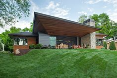 Situated just 100 feet(30 meters) away from Lake Minnetonka, in Minnesota, this residence by Eskuche Design impresses with its abundance of smart design fe