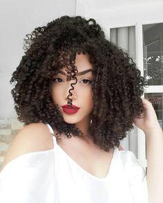 VÍDEO NOVO GENTÊ!  Vem aprender essa finalização maaara, que deixa os cachos super definidos e cheios de brilho! Além de segurar mais o Day After!  ❌LINK NA BIO . . . . . #cachosbrasil #cachos #hair #hairstyle #curlyhair #curlynatural #curls #curly