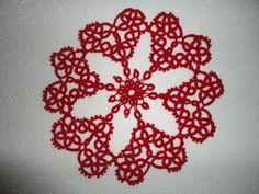 Nydelig hjerteduk i farger som passer til jul. Slått i nupereller. Tatting, Hearts, Floral, Flowers, Bobbin Lace, Needle Tatting, Royal Icing Flowers, Flower, Flower