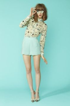 Retro Fashion Chic, shorts color menta - When shopping, you need to pick hues that match your skin tones. Create a stunning look simply by choosing the colors that best suit your skin tone. Foto Fashion, High Fashion, Fashion Beauty, Womens Fashion, Fashion 2018, Trendy Fashion, Korean Fashion, Teen Vogue Fashion, Pastel Fashion