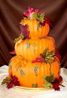 Pumpkin Wedding Cake: This would have been perfect for my October wedding. Man… Pumpkin Wedding Cake: This would have been Halloween Torte, Pasteles Halloween, Halloween Wedding Cakes, Dessert Halloween, Cute Cakes, Pretty Cakes, Beautiful Cakes, Amazing Cakes, Pumpkin Wedding Cakes