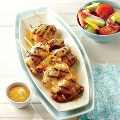 Poulet grillé, sauce barbecue maison—Plus économiques et plus tendres que les poitrines, les hauts de cuisse désossés sont parfaits sur le gril. Un classique à servir et servir encore!