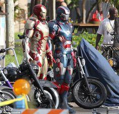アイアン・パトリオット? 『アイアンマン3』の撮影現場に新型アーマーが2体現る