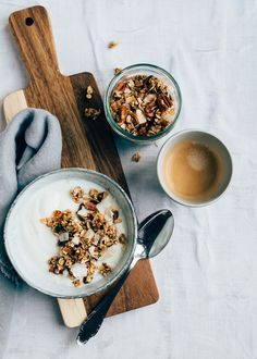 Fancy a tasty and healthy breakfast? Then make this fast granola from the pan. As you may know I start every morning with a bowl of cottage cheese wit. Breakfast Photography, Food Photography Styling, Coffee Photography, Brunch, Food Styling, Kefir, Food Flatlay, Snacks Saludables, Think Food