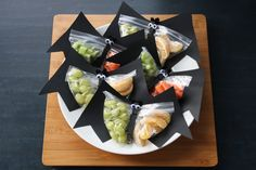 Snack Bats from Copy-Kids. I cannot express how awesome these are for lunches or school parties. Halloween Fruit, Halloween Party Treats, Halloween Class Party, Healthy Halloween Snacks, Healthy Snacks, Spirit Halloween, Happy Halloween, School Party Snacks, Classroom Snacks