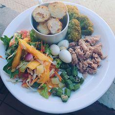 """110 curtidas, 4 comentários - Yana Beatriz (@yavidafit) no Instagram: """"Lunch 🍴🌿💚⠀⠀ • salada, batata doce assada, brócolis, quiabo, atum e ovo de codorna. Só felicidade!…"""""""