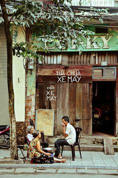 """Catching up on the neighborhood gossip"" - Luong Van Can, Old Quarter, Hanoi, Vietnam by Megan Ahrens Vietnam Tours, Hanoi Vietnam, Vietnam Travel, Photo Voyage, Vietnam Holidays, Beautiful Vietnam, Vietnam Voyage, Les Continents, Hoi An"