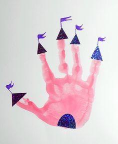 Château de princesse - empreinte de main Princess Activities, Fairy Tale Activities, Art Activities For Toddlers, Infant Activities, Disney Princess Crafts, Disney Activities, Diy For Kids, Crafts For Kids, Disney Lessons