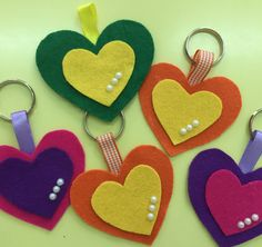 Ideas x season: Create some super easy keychains using foami or felt - Arthur Marlow Wooden Crafts, Felt Crafts, Diy And Crafts, Crafts For Kids, Arts And Crafts, Origami Hand, Felt Art, Felt Flowers, Preschool Activities