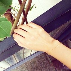 女性の華奢な腕に、さり気なく光る存在感。gramのアクセサリーは、シンプルでいつも身につけたくなるようなアクセサリーばかりです。