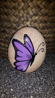 Sommerfugl malet på sten med posca tusser