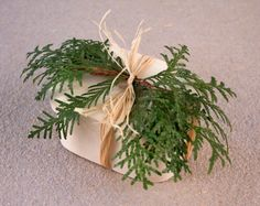 Use natural raffia and plants to dress gifts.