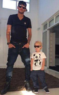 Neymar y su hijo Davi Lucca, posando tal para cual