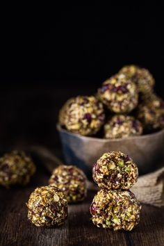 These nutty and sweet paleo cranberry pistachio energy balls make the perfect high energy snack or healthy dessert. Pancakes Protein, Protein Bites, Protein Snacks, High Protein, Healthy Foods To Eat, Healthy Desserts, Healthy Recipes, Healthy Breakfasts, Eating Healthy