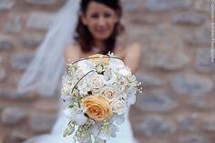 Bouquet da sposa leggermente a cascata by Profumo di Fiori