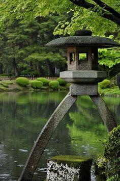 'Kotoji-tourou' (琴柱灯籠, Japanese lantern), Kenrokuen Garden, 1-1 Marunouchi, Kanazawa, Ishikawa Prefecture 920-0937, Japan. #japanese #garden