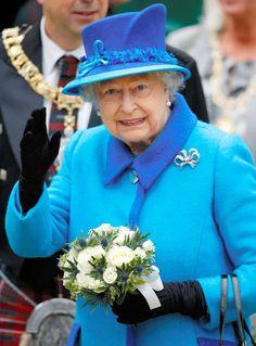 シアンブルー×シーブルー エリザベス女王のカラフルな衣装