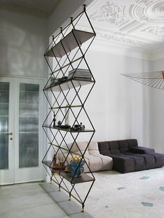 10 Cool Interior Design Ideas To Take Your Home Renovation To The Next Level Tiny House on wheels ro&; 10 Cool Interior Design Ideas To Take Your Home Renovation To The Next Level Tiny House on wheels ro&; Renovation […] Homes interior one level Demis Murs, Diy Room Divider, Divider Ideas, Modular Shelving, Shelving Systems, Storage Systems, Ideas Hogar, Half Walls, Home Trends