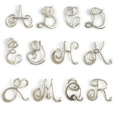 Plata esterlina colgante inicial.  Cada letra mide 1 1/4 pulgadas y viene con una cadena de 16, 18, 20 o 24 pulgadas.  Última foto muestra la