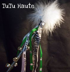 Spirit Stick Ideas --- I like the ribbon attachment on this one. Football Homecoming, Homecoming Spirit, Homecoming Mums, All Star Cheer, Cheer Mom, Cheerleading Crafts, Christmas Bazaar Ideas, Cheer Banquet, Spirit Sticks