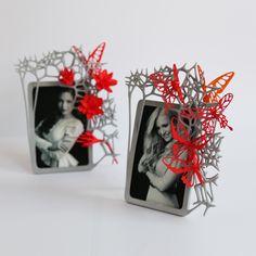 IN-SPACES_3D_photo_frame_red_lifestyleProdutos Fashion Impressos em 3D Fashion Products 3D Printed http://urbanglamourous.wordpress.com/2014/09/23/produtos-fashion-impressos-em-3d/ https://www.facebook.com/urbanglamourous #3DPrinted, #Bracelet, #ContinnumFashion, #Decoração, #Espelho, #Fashion, #Frame, #Impressão3D, #InSpaces, #Mirror, #Moda, #Moldura, #Necklace