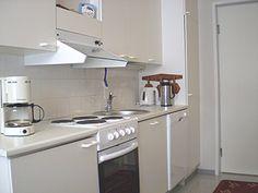 KEITTIÖ / RUOKAILUTILA (26 m²) Sähköliesi, jääkaappi, astianpesukone, kahvinkeitin, vedenkeitin, mikroaaltouuni, keittovälineet, astiasto ja ruokapöytä 10 hengelle, TV+DVD-soitin, radio/cd-soitin.
