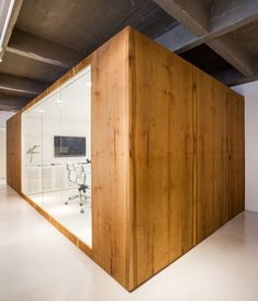 Brazilian architecture firm Estúdio BG has designed its own offices, where a meeting room is housed in a timber-clad volume and with other white surfaces. Contemporary Office, Contemporary Architecture, Amazing Architecture, Interior Architecture, Office Interior Design, Best Interior, Office Interiors, Timber Companies, Layout