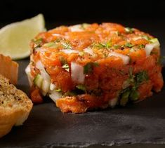 Ahora que por fin viene el buen tiempo, apetecen recetas refrescantes, rápidas de preparar y sanísimas como este tartar de salmón, alcaparras y aguacate.
