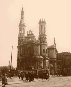 Plac Zbawiciela, 1947r. fot. Stefan Rassalski, zdjęcie jest własnością Narodowego Archiwum Cyfrowego, źr. omni-bus.eu Old Photographs, Warsaw, Big Ben, Notre Dame, Poland, Old Things, Architecture, City, Travel