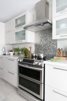 How to Style a Modern Kitchen Ikea Kitchen Cabinets, Modern Kitchen Interiors, Happy Kitchen, Kitchen Styling, Home Staging, Kitchen Organization, Kitchen Remodel, Kitchen Design, New Homes