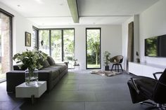 Neem een kijkje in dit prachtige huis en doe inspiratie op voor een natuursteen vloer van Nibo Stone bij je thuis. Nibo Stone was op de koffie bij Ans Joosten in Panningen.