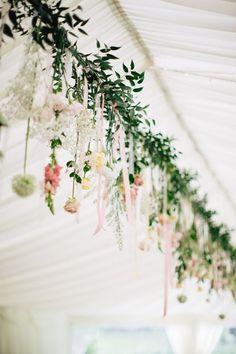 Hängende Blüten als Dekoration bei der Hochzeit