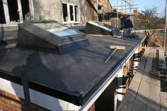 FLat roof, single ply, with builders kerb up stands for velux. Single Ply Roofing, Side Return, Outdoor Tables, Outdoor Decor, Roof Types, Extension Ideas, Glass Roof, Building A House, Houses