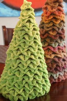 Como no hay dos sin tres, despedimos las Navidades 2014-2015 con esta tercera entrega de Arboles Navideños originales y creativos.     A ve...