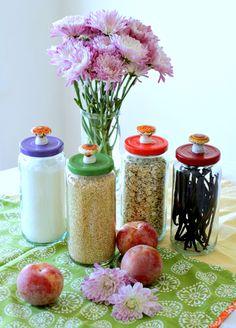Jars reciclados com tampas pintadas e botões faux cerâmica