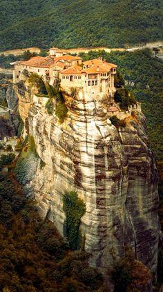 Scopri l'incredibile monastero di Meteora in Grecia, migliaia di metri appollaiati in alto in cima a una ripida scogliera # viaggio # # amazingplaces destinazioni