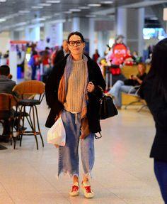Carolina Ferraz usa look 'largadinho' ao embarcar em aeroporto no Rio