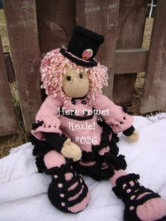 Here comes Roxie! #026 A knit doll