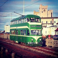 Los famosos tranvías verdes de 1950 que van de Feetwood a Blackpool Inglaterra.