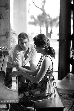 EU QUERIA...   Eu queria que você estivesse aqui.  Ou eu estivesse aí.  Nós dois em qualquer lugar...  E você está.  Eu queria...  Às vezes eu não queria  Que você estivesse aqui Dentro do meu coração...      MárciaMarko