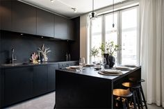 Design noir dans un appartement de 53m2 - PLANETE DECO a homes world Home Design, Modern Design, Open Concept Home, Top Interior Designers, Blog Deco, Cuisines Design, Wabi Sabi, Apartment Design, Contemporary Interior