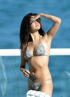 Selena Gomez: Bikini Beach Babe in Miami!: Photo Selena Gomez shows off her amazing bikini body while soaking up the sun on Monday afternoon (October in Miami, Fla. The singer enjoyed some down… Selena Gomez Bikini, Selena Gomez Fotos, Selena Selena, Selena Gomez Pictures, Miami Pictures, Sexy Bikini, Bikini Girls, Bikini Clad, Bikini Beach