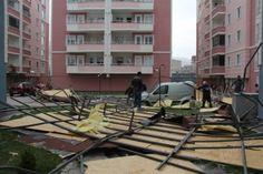 #bursa #haber #haberler #lodos  Bursa'da etkili olan Lodos 744 dairelik sitede üç binanın çatısını uçurdu.