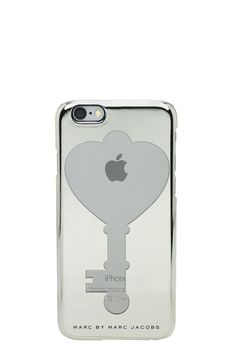 Marc Jacobs Alice's Key iPhone 6 Case is made from a durable and protective PC material and features a cut-out key shaped hole, referencing Disney's Alice in Wonderland. Form-fitting construction with button, cord, and camera access. Designed for iPhone 6.