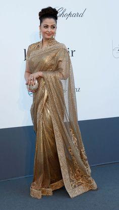 #AishwariyaRai wore a golden sari by designer Tarun Tahiliani.