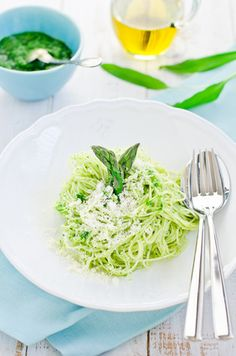 This spaghetti with pesto recipe is an alternative to the classic basil one. Easy to make, is healthy and main ingredient (asparagus) is reportedly an effective aphrodisiac.